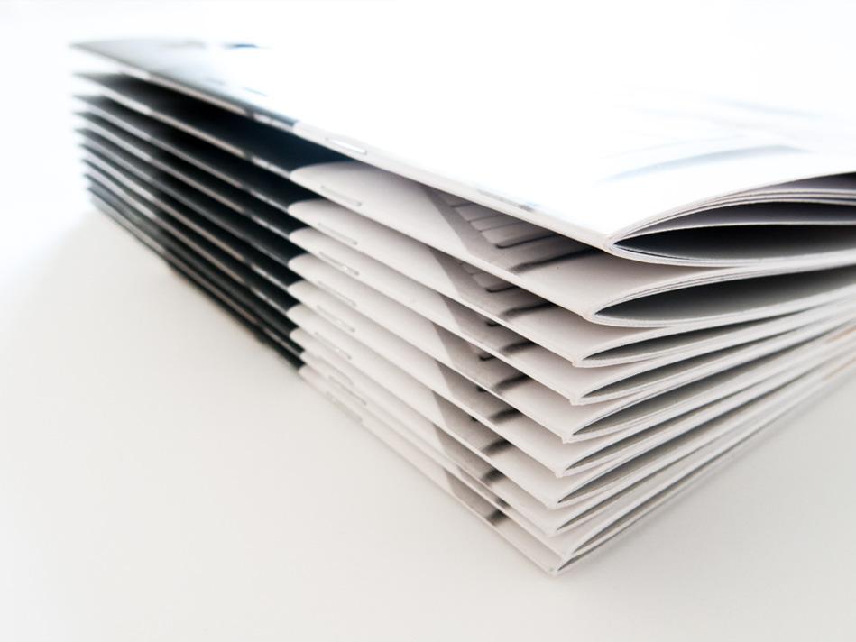 Aksis Werbeagentur und Internetagentur Ulm - Blogeintrag corporate design Leitfäden - Stapel von Heften