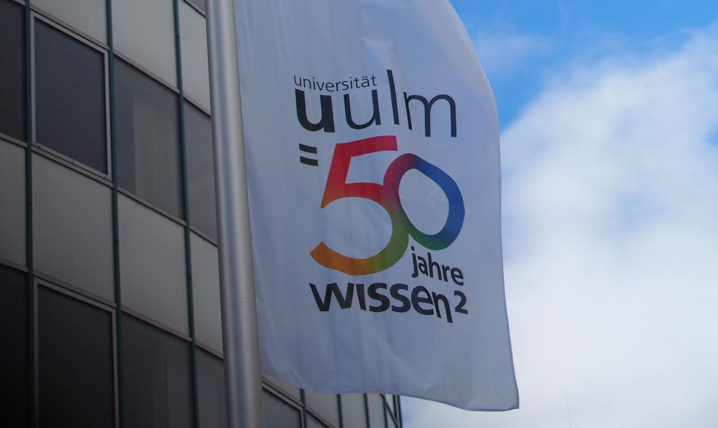 Flagge mit der 50 Jahre Jubiläums - Vignette, gestaltet von der Aksis Werbeagentur und Internetagentur Ulm