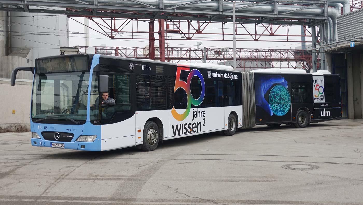 50 Jahre Uni Ulm Jubiläumsvignette auf einem bus der SWu