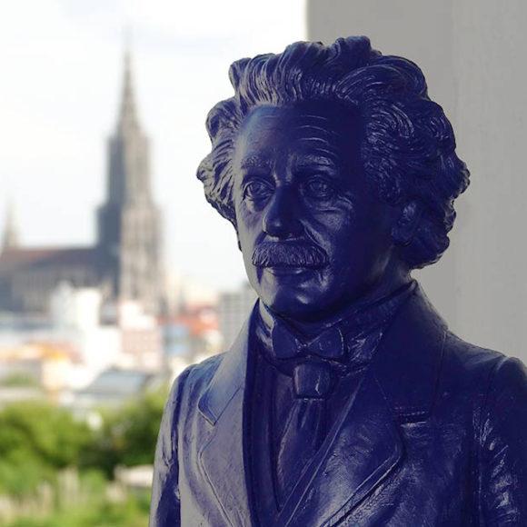 Insights - Eine Statue von Albert Einstein mit Blick auf das Münster
