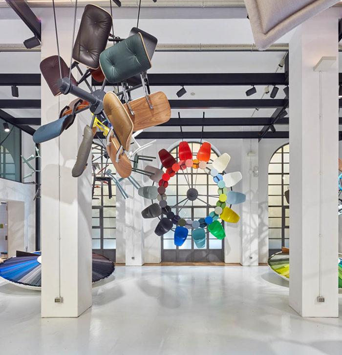 Kunst durch angeordnete Stühle in der Luft, Fotografie für Vitra-Wettbewerb von Fey Messedesign und Objektdesign