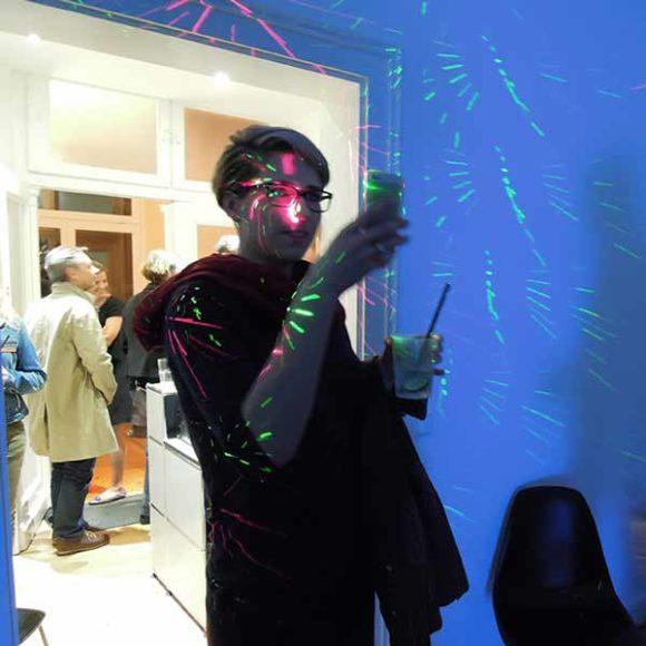 Insights - Eine Person fotografiert etwas in der Aksis Werbeagentur während der Kulturnacht