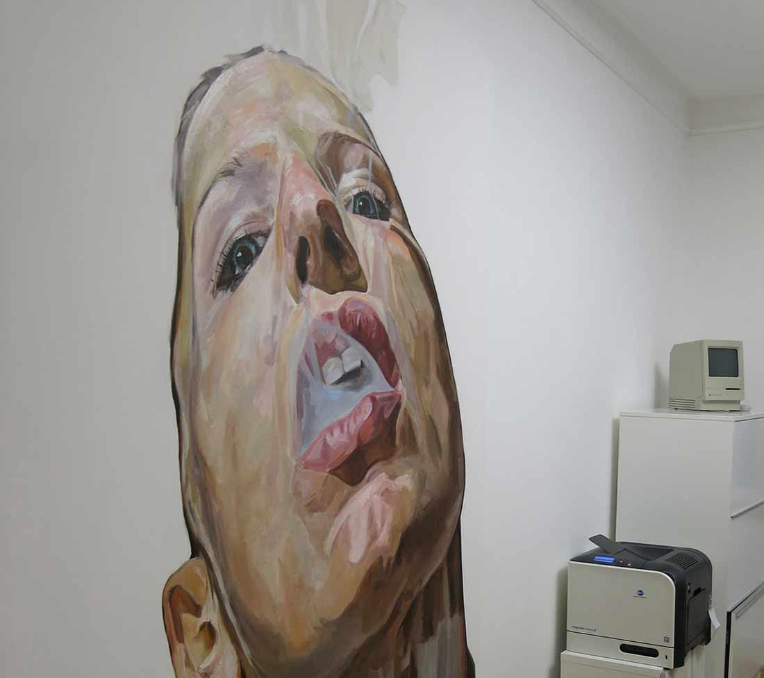 Insights - Kulturnacht in der Aksis Werbeagentur: Ein Gemälde einer Frau, die Rauch ausstößt