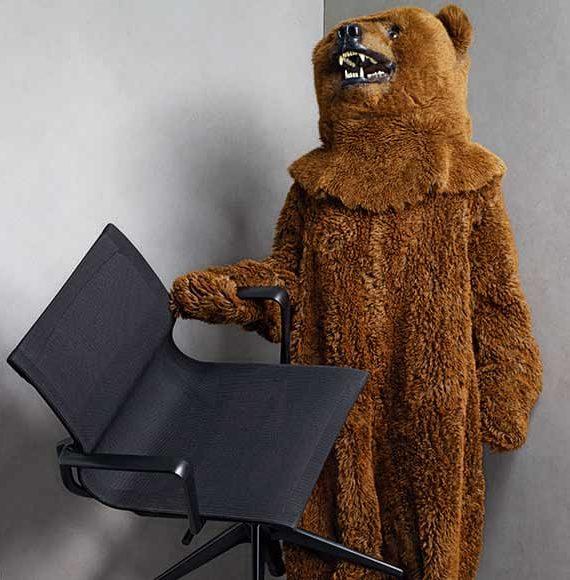 Ein Bär hält einen Stuhl, Fotografie für Vitra-Wettbewerb von Fey Messedesign und Objektdesign