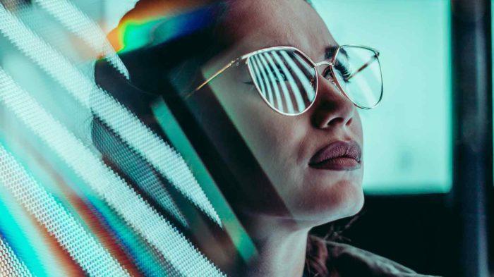Frau mit Sonnenbrille und Reflexionen im Vordergrund