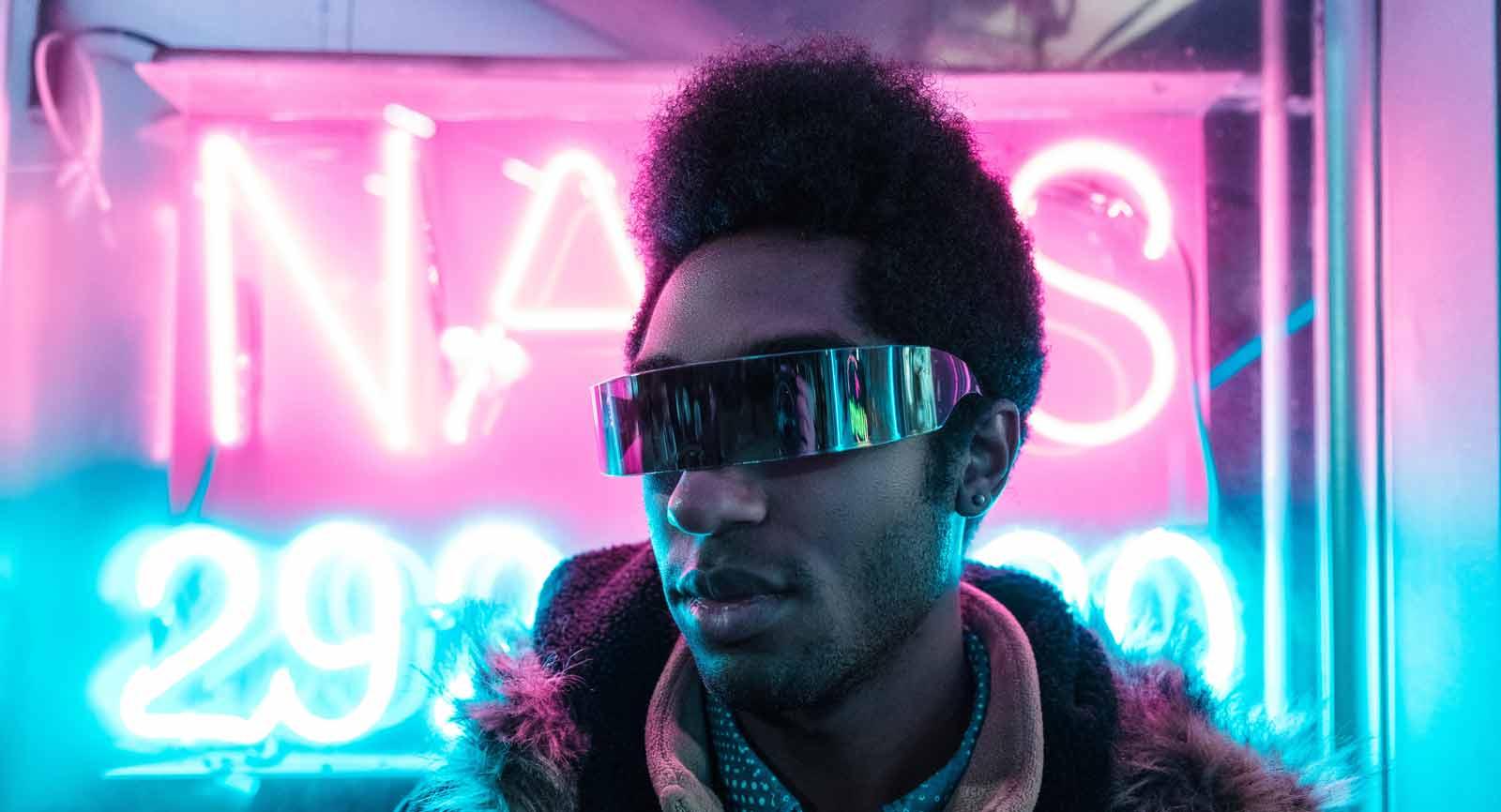 Fotografie eines Manns mit futuristischer Brille für Salzmann STYLE