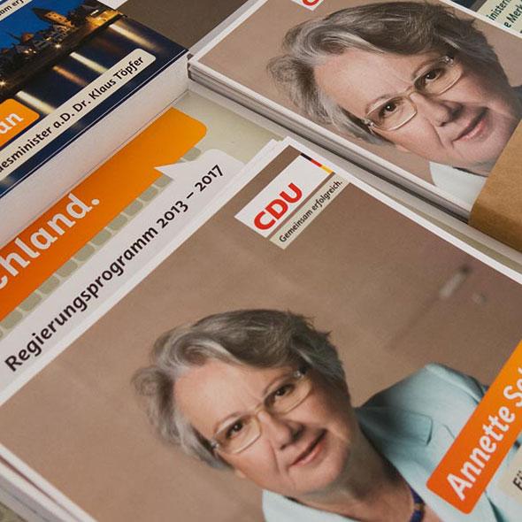 Mehrere Stapel Wahlplakate von Annette Schavan