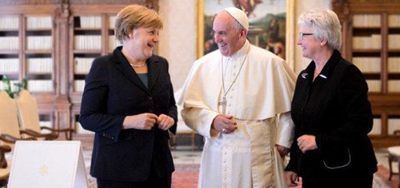 Angela Merkel, Papst Franziskus und Annette Schavan in einem Gespräch