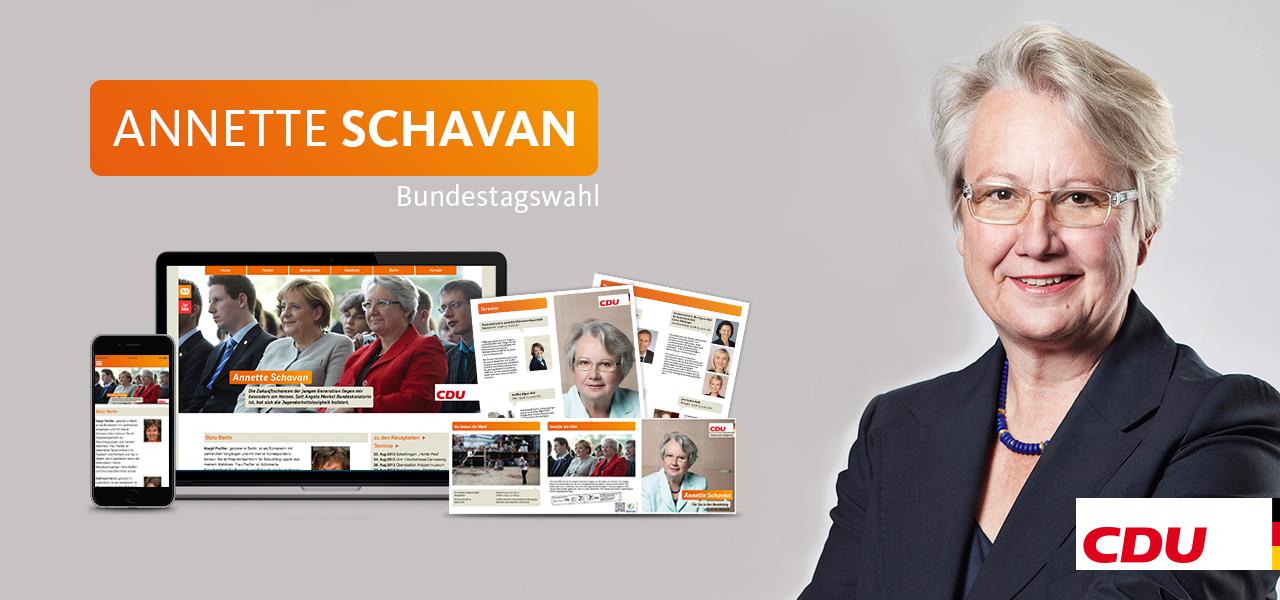 Annette Schavan zusammen mit den für den Wahlkampf erstellten Medien