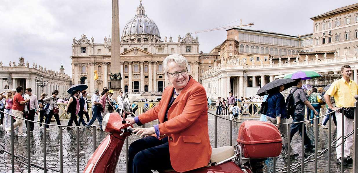 Annette Schavan fährt auf einem Roller durch Berlin