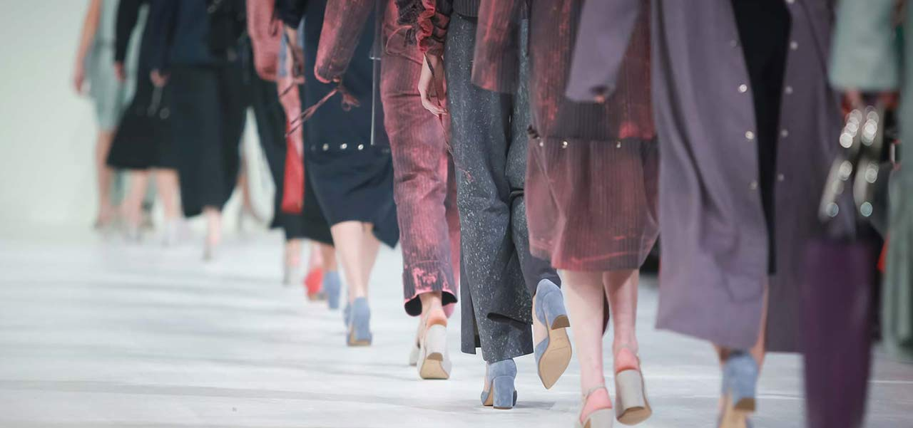 Ein Laufsteg auf dem Models laufen, man sieht nur die Beine