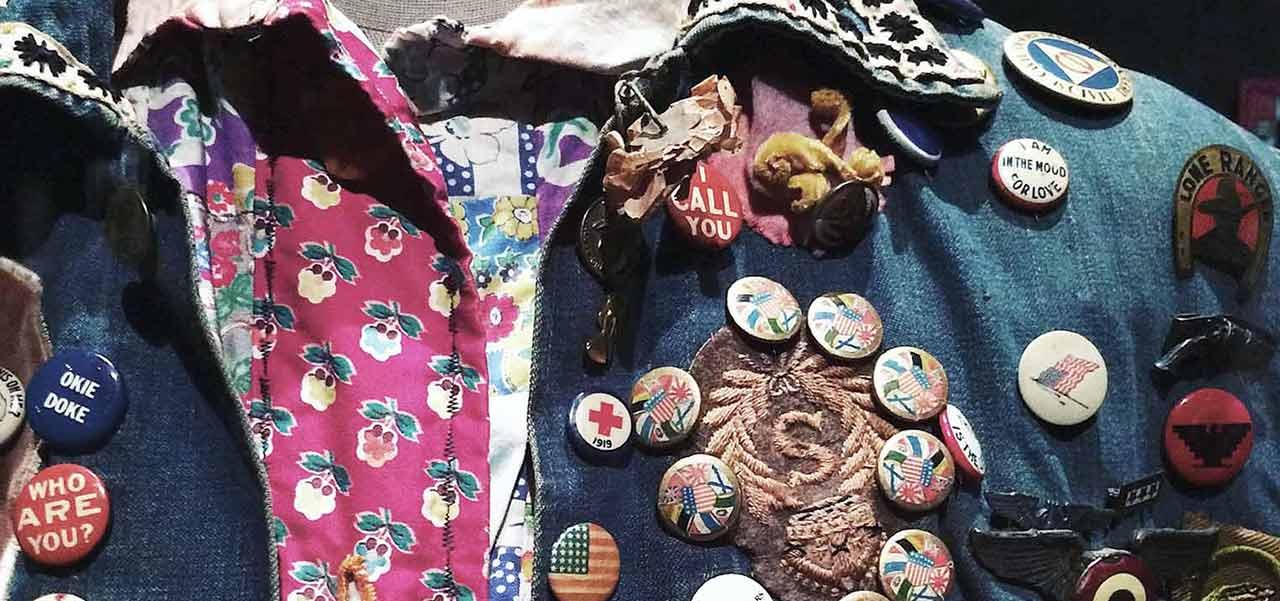 Eine Jacke auf der viele Buttons und Knöpfe genäht sind