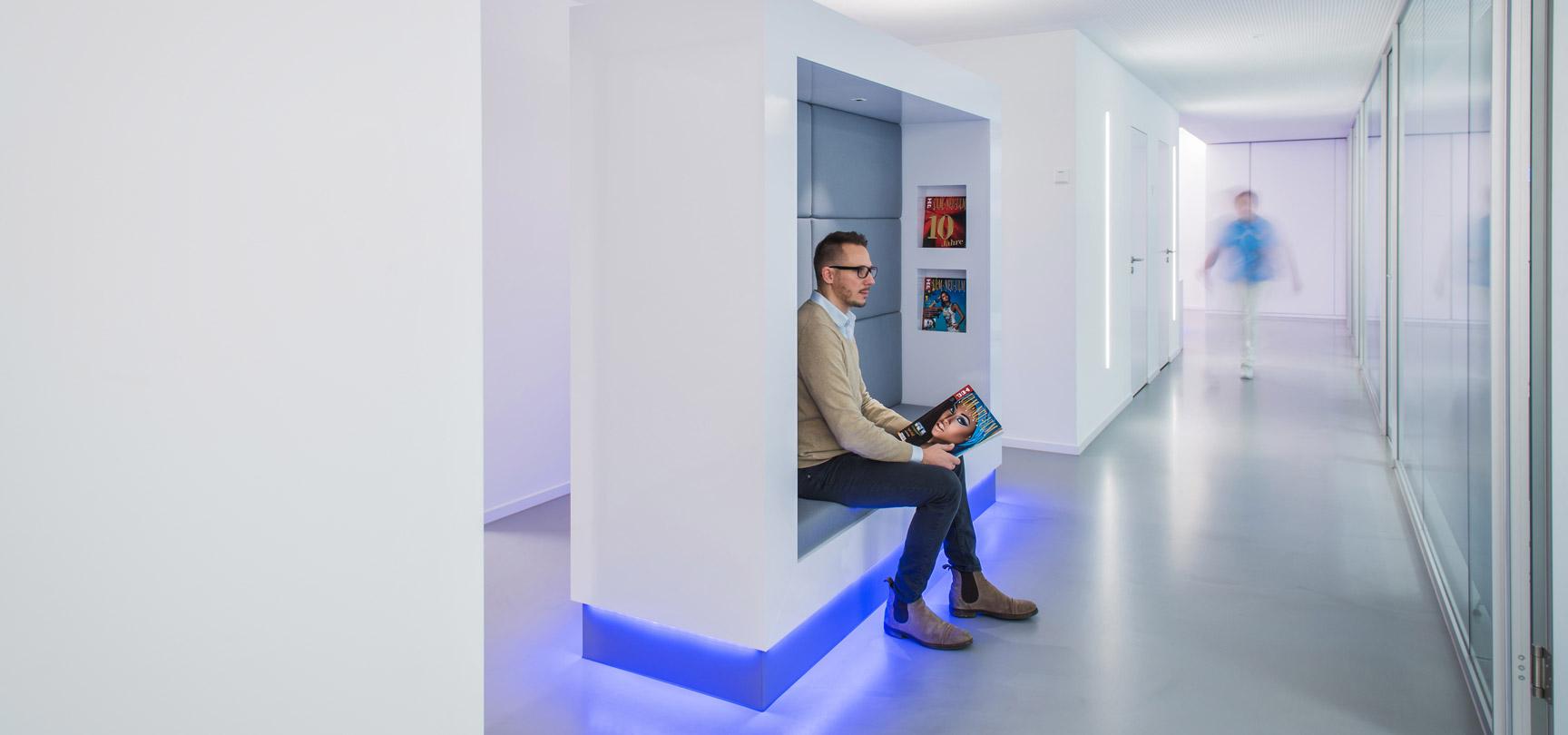 Ein Mann wartet in den Innenräumen der Praxis von Dr. Langhammer