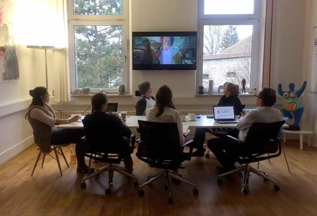 Insights - Eine Teambesprechung im großen Konferenzraum der Aksis Werbeagentur