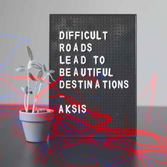 "Insights - Ein Schild, auf dem steht. ""Difficult Roads liead to Beautiful Destinations"""