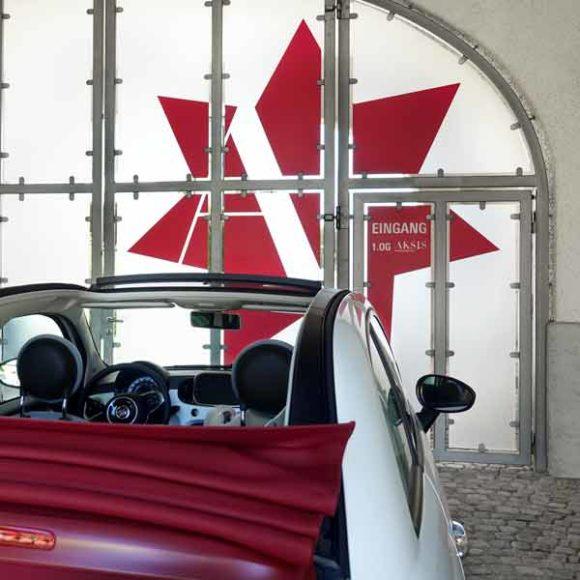 Insights - Ein Auto vor dem Eingangstor der Aksis Werbeagentur