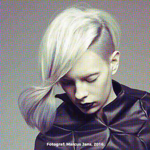 Insights - Eine Fotografie einer blonden Frau mit farbigen Haaren. Foto von Marcus Jans.