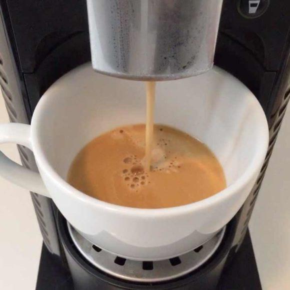 Insights - Kaffee läuft in eine Kaffeetasse