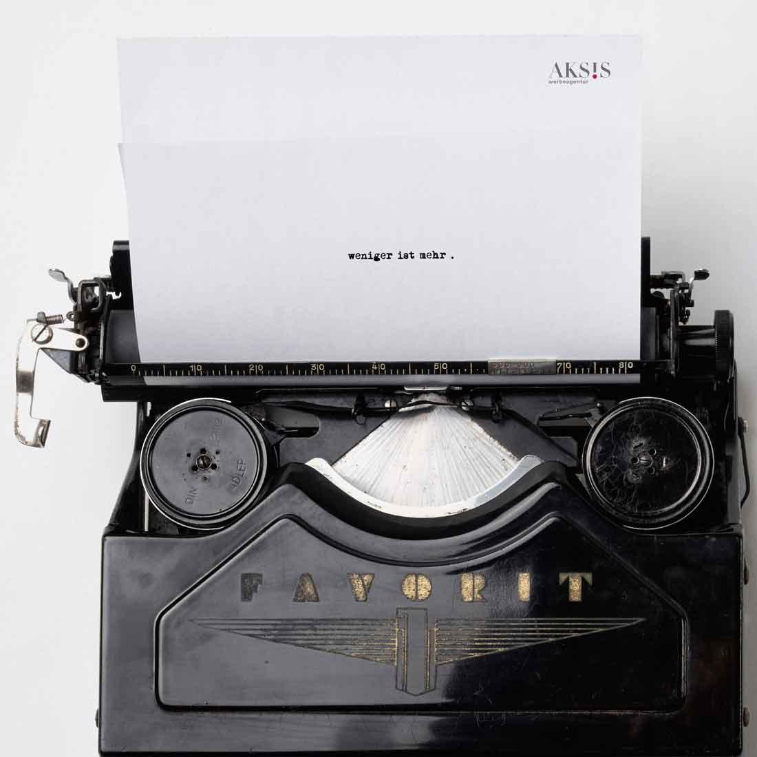 Insights - Eine Schreibmaschine mit einem Briefbogen der Aksis Werbeagentur