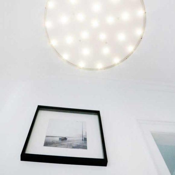 Insights - Foto eines Bilderrahmens und einer Lampe von unten