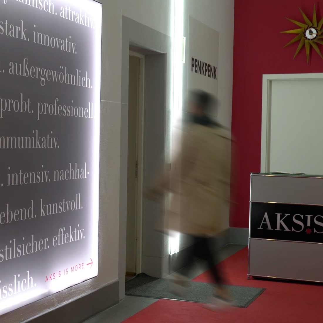Insights - Mitarbeiter betreten die Aksis Werbeagentur