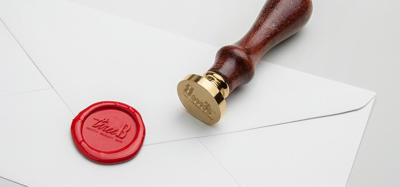 Siegel mit Siegelstempel und Brief mit dem Logo von BrettyBudgetBox