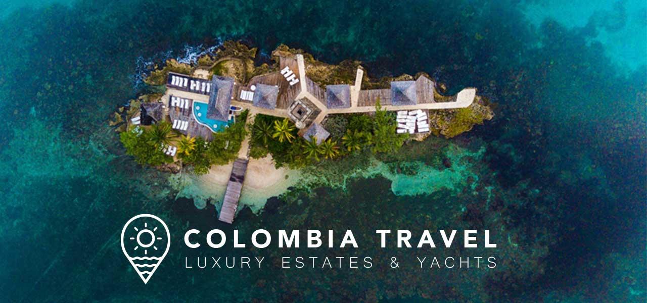 Aufsicht auf eine kleine Insel im blauen Meer zusammen mit dem Logo von Colombia Rents