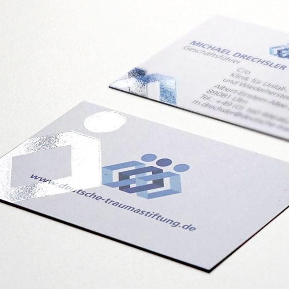 Visitenkarten mit partieller UV-Lackierung der Deutschen Traumastiftung, entworfen von der Werbeagentur AKSIS