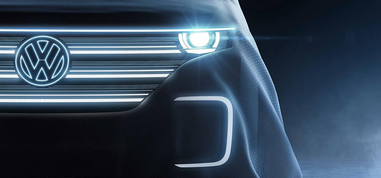 Ein VW-Auto von vorne mit blauem Licht beleuchtet