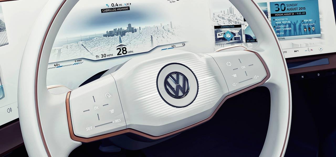 Ein weißes VW-Lenkrad mit einem modernen Display im Amaturenbrett