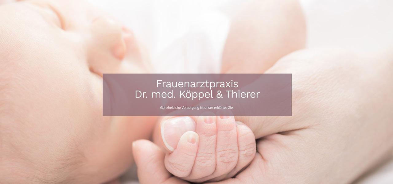 Ein Baby hält den Daumen einer erwachsenen Person, davor der Name der Frauenarztpraxis Dr. med Köppel & thierer