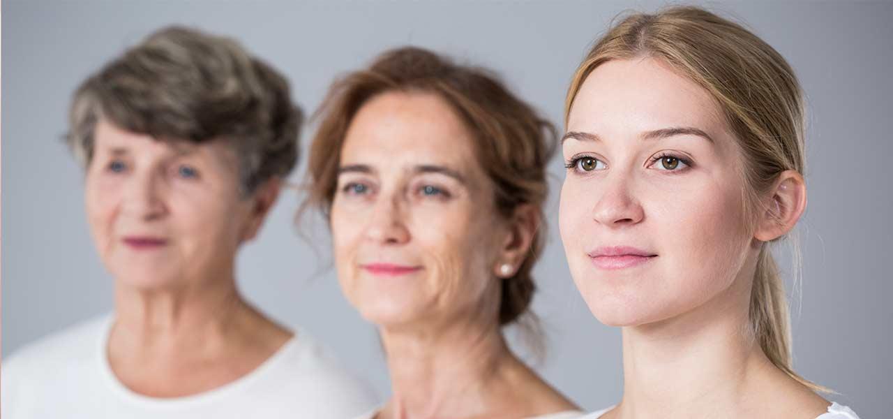 3 Frauen verschiedenen Alters schauen glücklich nach links