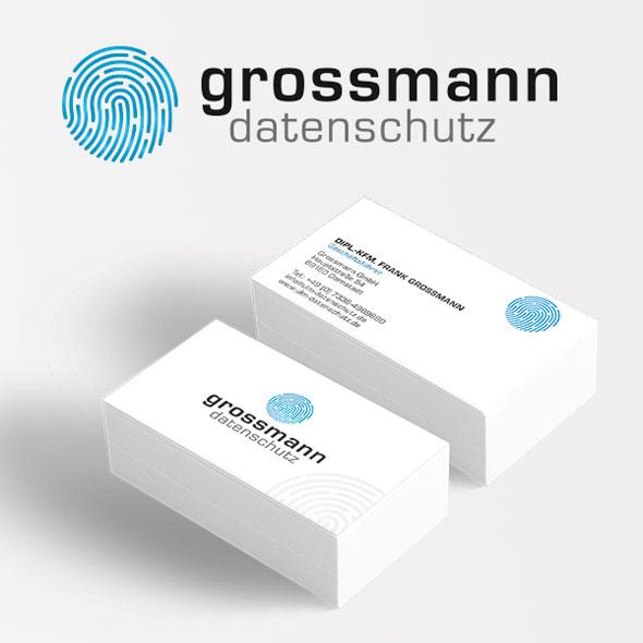 Die neuen Visitenkarten von Grossmann Datenschutz zusammen mit dem Logo: Ein stilisierter Fingerabdruck