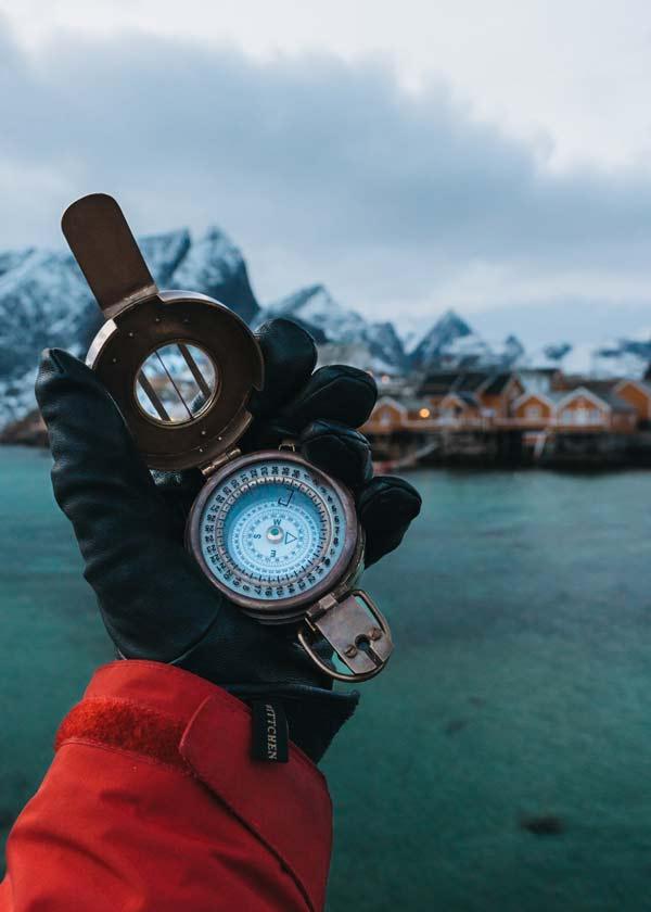 Ein Kompass liegt in einer Hand. SEO SEA SEM Gute Suchergebnisse mit der Aksis Werbeagentur