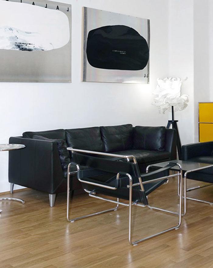 Sofa und Stuhl im Konferenzraum. Bewirb dich jetzt!