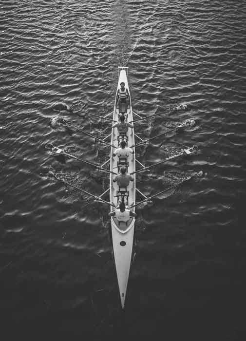 Ruderer in einem Ruderboot. Du fehlst in unserem Team! Bewirb dich jetzt