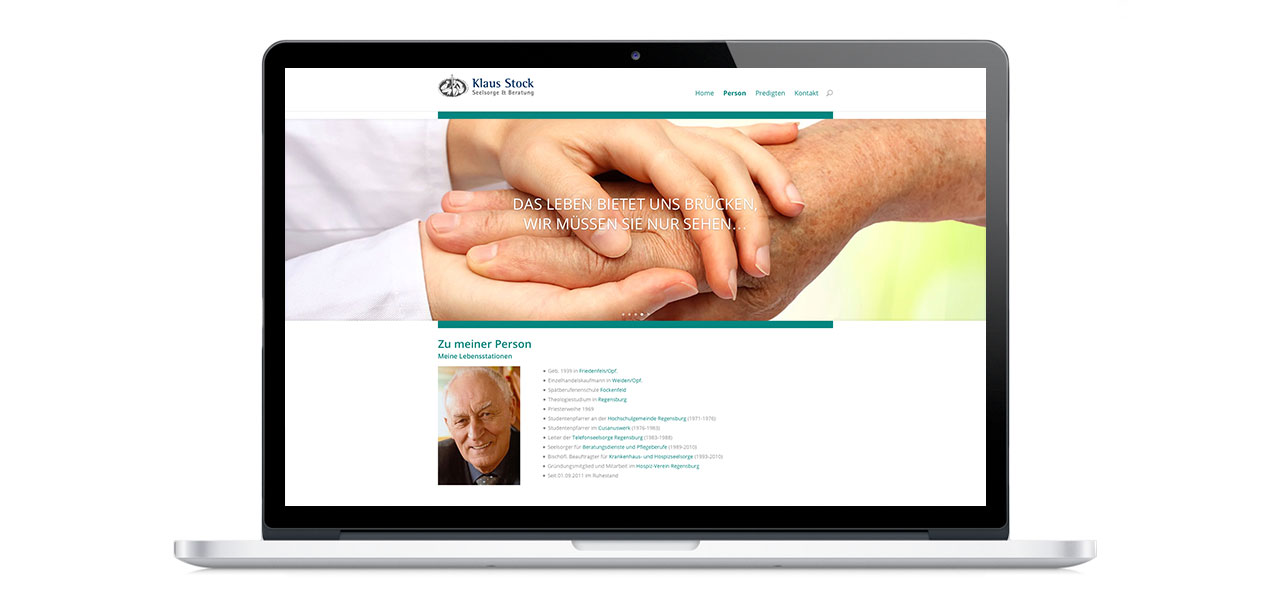 Ein Laptop mit der responsiven Website von Klaus Stock