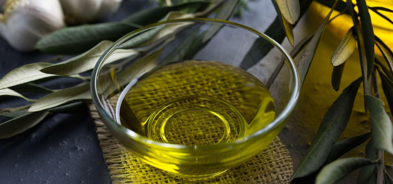 Olivenöl in einer Glasschale