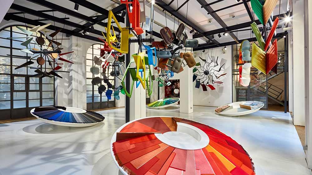 Der Showroom bei Fey. Fliegende Stühle und futuristische Tische