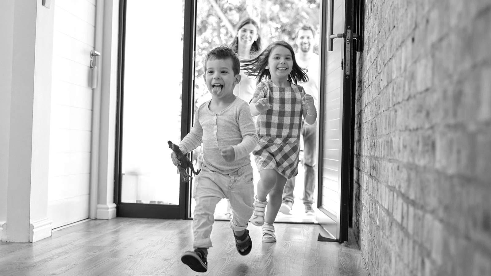 Kinder laufen in ein Haus rein. Bild von der Podium Swiss Küchen Website