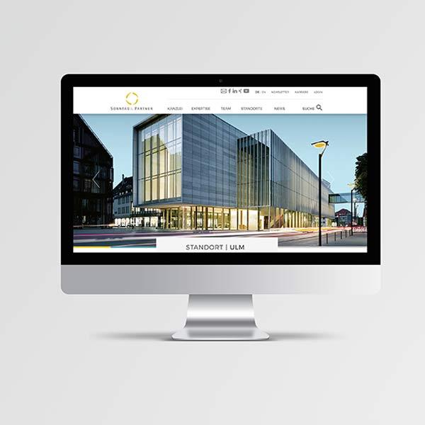 Ein iMac zeigt den Header auf der Website von Sonntag und Partner: Die Kunsthalle Weishaupt in Ulm