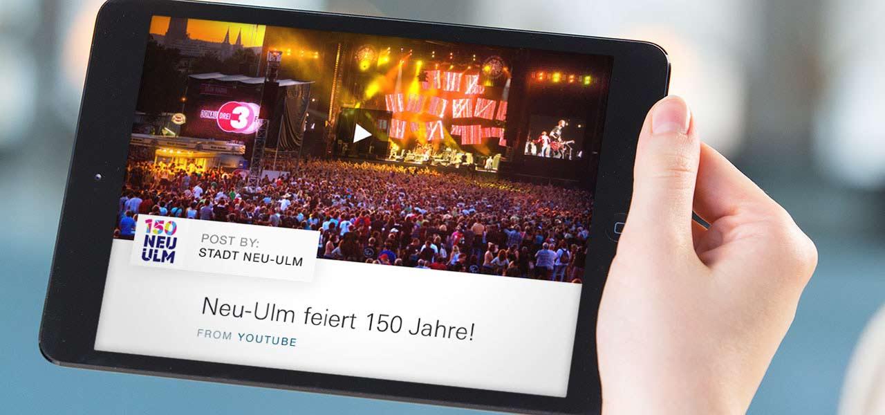 Ein Tablet auf dem die entworfene Website der Stadt Neu-Ulm geöffnet ist