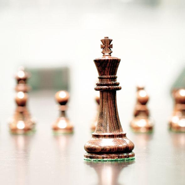 Schachfiguren mit dem König im Fokus