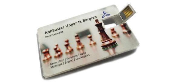 Ein USB-Stick in Scheckkartenformat mit Sachfiguren darauf.