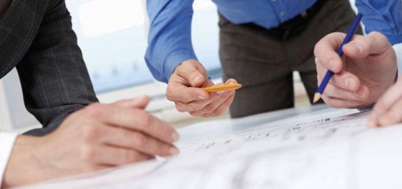 3 Architekten bei der Arbeit, Hände und Zeichnungen/Grundrisse