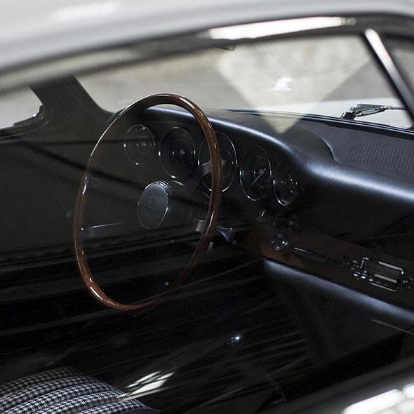 Durch die Beifahrerscheibe kann man das Lenkrad des Autos sehen