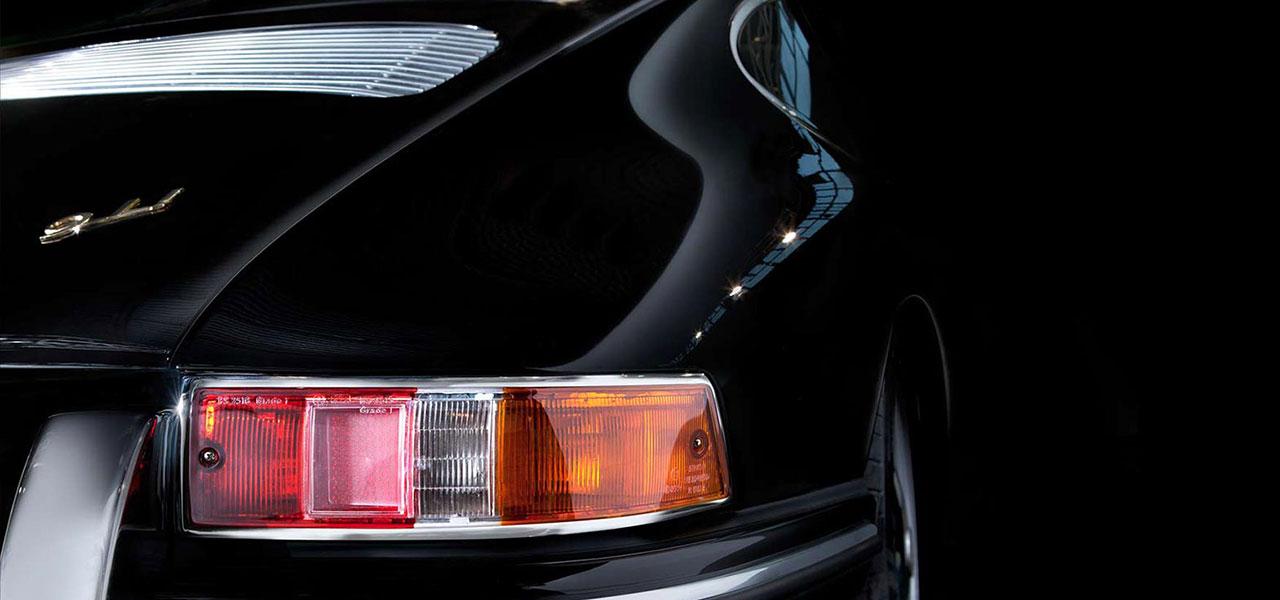 Der Rückscheinwerfer eines sportlichen Autos