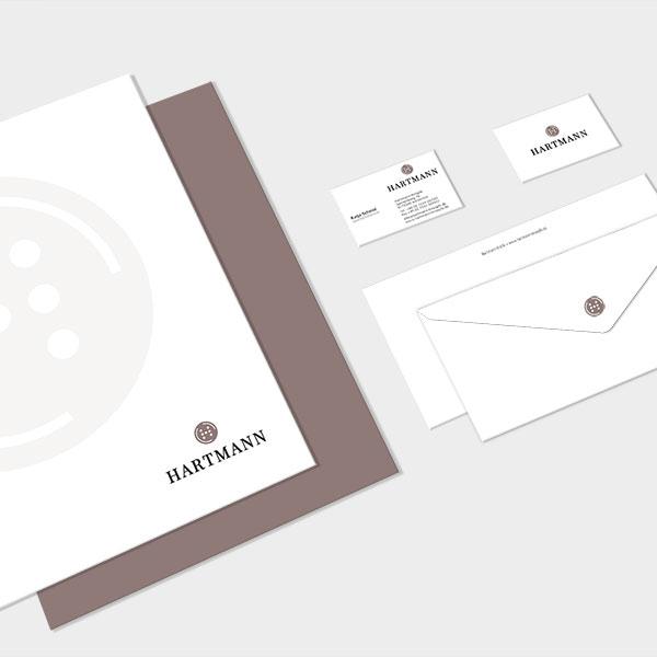 Corporate Design für Hartmann Knöpfe, erstellt von der AKSIS Werbeagentur. Bestehend aus Briefkopf, Visitenkarten, Briefumschlägen