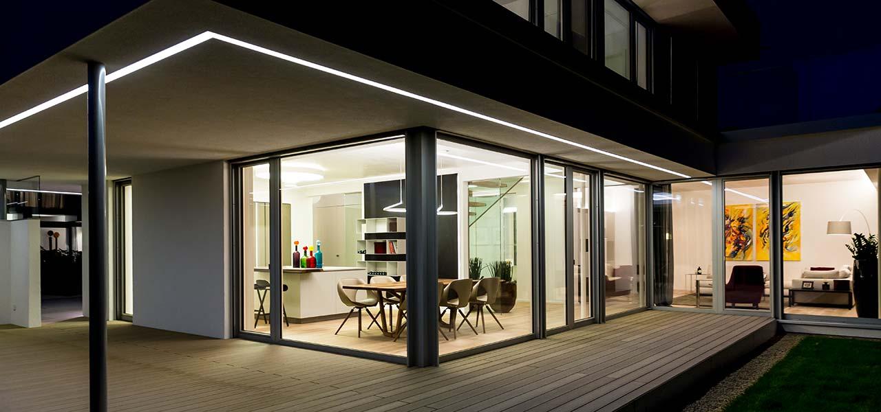 Eine beleuchtete Veranda bei Nacht