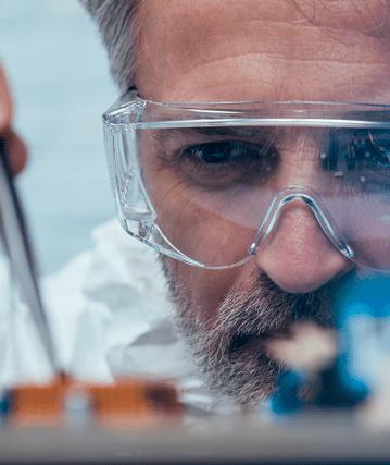 Eine Person forscht. Wissenschaftler. Foto von der Website von Spherea Germany